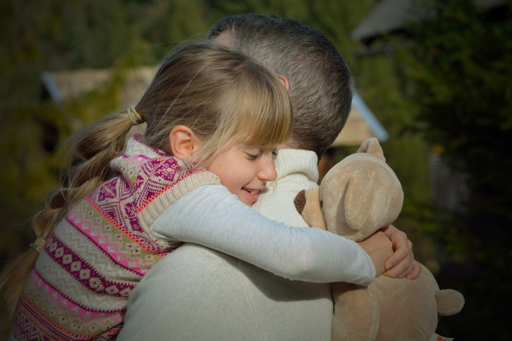 Trucos para conseguir que tus hijos gestionen sus emociones: Los abrazos